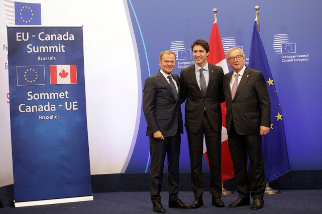Après sept ans de négociations ardues, Justin Trudeau... (AP, Olivier Matthys)