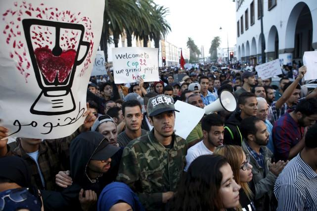 Des milliers de personnes se rassemblées dans le... (AP, Abdeljalil Bounhar)