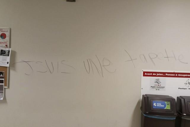 Vendredi, un graffiti mentionnant « Jsuis une tapette... (Courtoisie)