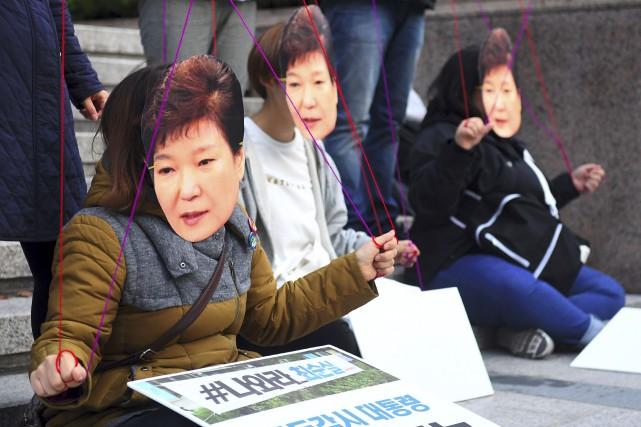 Des gens portant des masques de la présidentesud-coréenne,Park... (AFP, Jung Yeon-Je)