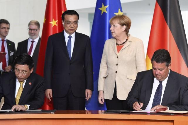 Le premier ministre chinoisLi Keqiang et lachancelière allemande... (AFP, Tobias Schwarz)