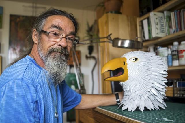 Sylvain Michaud avec la tête de l'aigle qui... (Olivier Croteau)