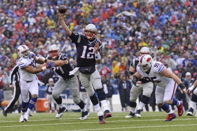 Une passe précise d'un Tom Brady en déséquilibre,... (AP, Adrian Kraus)