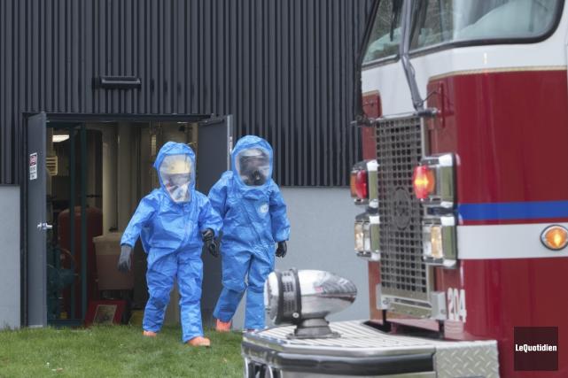 Les pompiers de Saguenay ont dû enfiler une... (Photo Le Quotidien, Michel Tremblay)