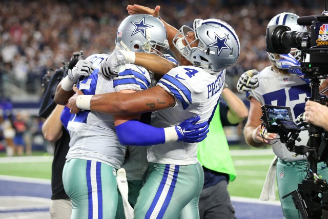 Jason Witten (82) célèbre avec Dak Prescott (4)... (Photo Matthew Emmons, USA Today Sports)
