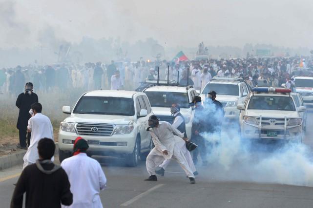 Près de 3000 partisans d'Imran Khanbloquaient une grande... (PHOTO A MAJEED, AFP)