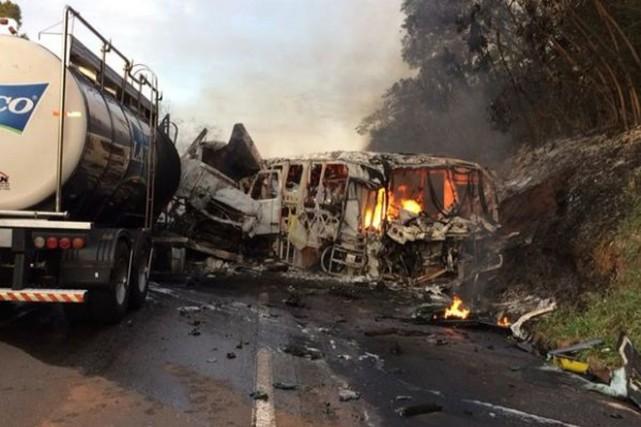 Une collision entre un autocar et un camion a fait au moins 20 morts et dix... (PHOTO TIRÉE DE TWITTER)