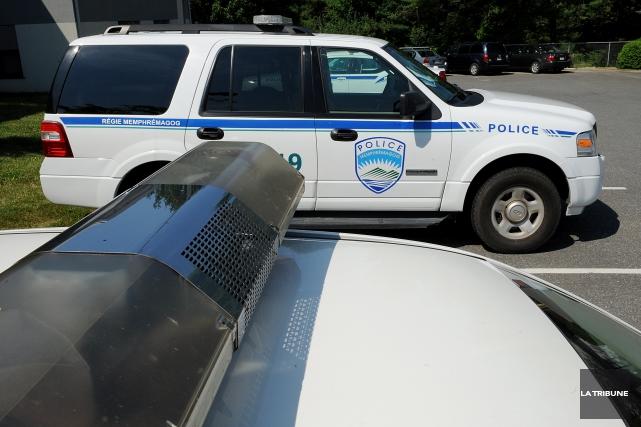 Un homme violent a donné des sueurs froides aux policiers de Magog lundi... (Archives La Tribune, Frédéric Côté)