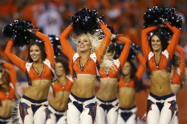 Les cheerleaders des Broncos de Denver font démonstration... (AFP,  Justin Edmonds)