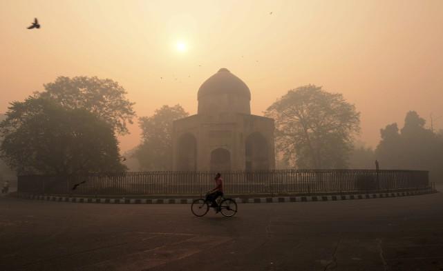 La capitale indienne New Delhi étouffait lundi dans... (AFP, Momey Sharma)