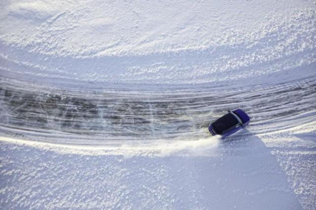 conduire l 39 hiver sur glace et neige on roule dans un. Black Bedroom Furniture Sets. Home Design Ideas