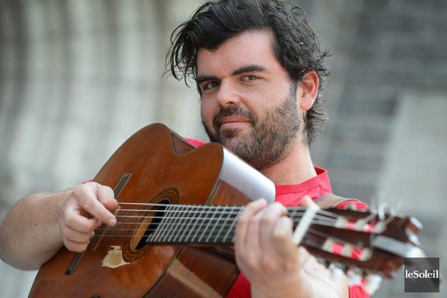 Pépé et sa guitare donnera un spectacle-bénéfice vendredi... (Archives Le Soleil)
