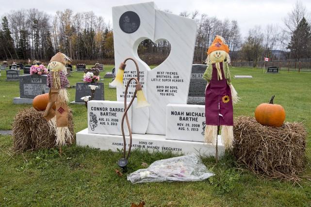 Les pierres tombales de Connor et de Noah... (La Presse canadienne, Andrew Vaughan)