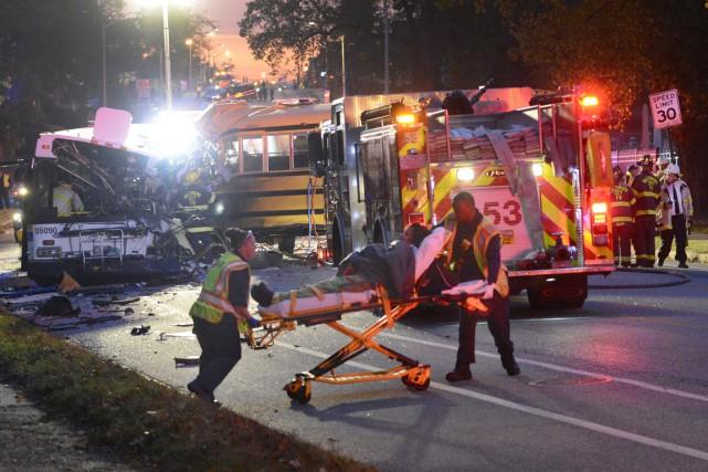 Des pompiers et des ambulanciers interviennent sur les... (photo Jeffrey F. Bill, Baltimore Sun/AP)