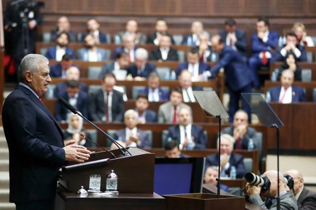 Le premier ministre Binali Yildirim prend la parole... (photo ADEM ALTAN, AFP)