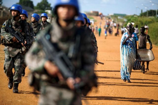 Des Casques bleus chinois déployés au sein de... (photo ALBERT GONZALEZ FARRAN, AFP)