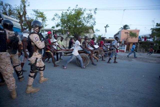 Des manifestants ont dévalé les rues de la... (AP, Dieu Nalio Chery)