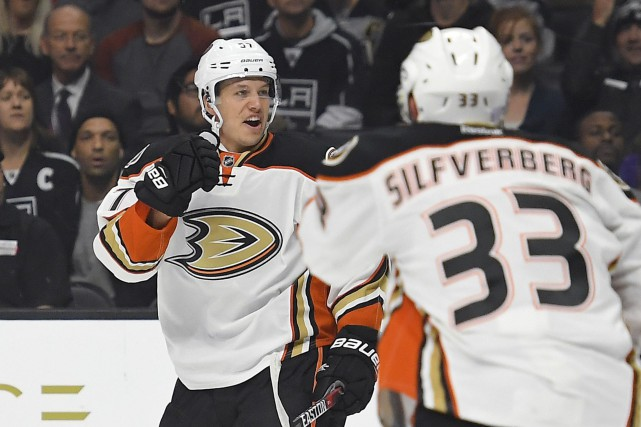 Rickard Rakell (à gauche), des Ducks d'Anaheim, célèbre... (Photo Mark J. Terrill, AP)