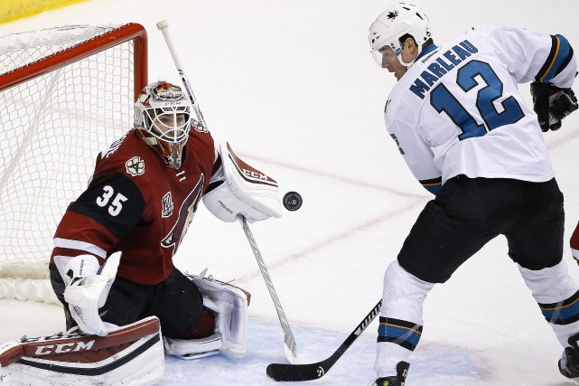Le gardien des Coyotes Louis Domingue effectue un... (Photo Ross D. Franklin, AP)