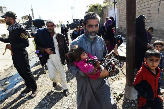 Des résidants de Gogjali fuient leur village alors... (photo BULENT KILIC, AFP)