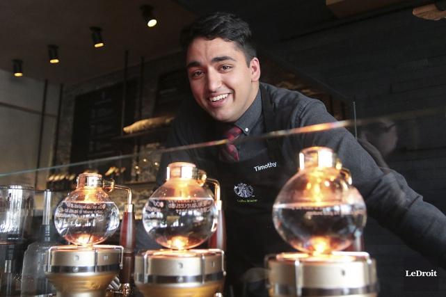 Le maître de café, Timothy Barretto-Burns... (Etienne Ranger, LeDroit)