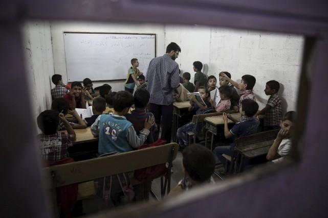 Des enfants syriens dans une salle de classe... (AFP, Sameer Al-Doumy)