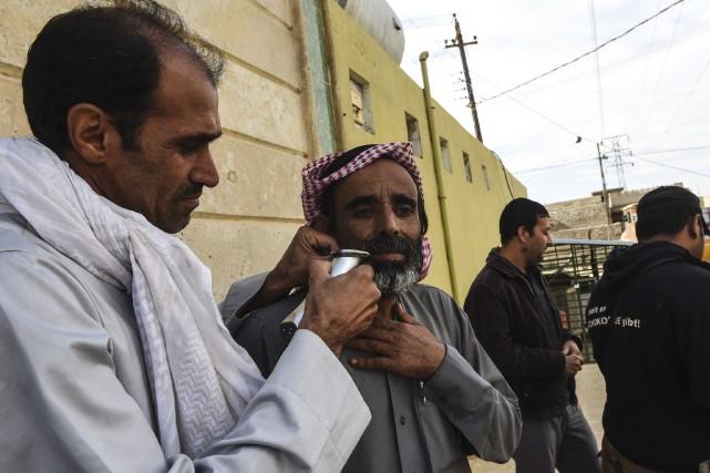 Signe du départ des djihadistes de l'État islamique,... (AFP, Bulent Kilic)