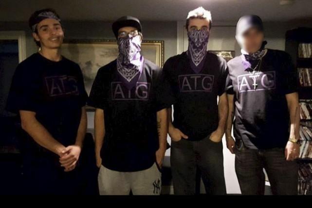 Les membres du groupe homophobe posent fièrement, masqués... (Facebook)