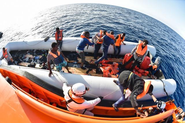 Une des embarcations de fortune sur laquelle se... (Photo Agence France-Presse)