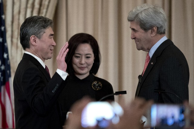 Sung Kim, sa femme Jae, et John Kerry.... (Photo Carolyn Kaster, Associated Press)