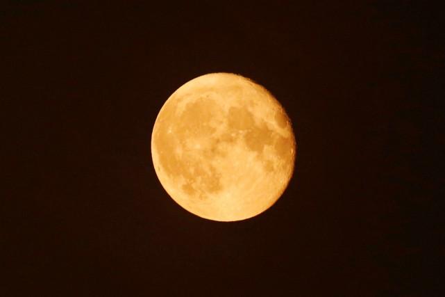 Une lune est dite «super» lorsqu'elle est à... (photo Amr Abdallah Dalsh, archives REUTERS)