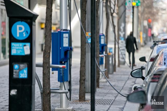 Des bornes de recharge pour des véhicules électriques... (La Presse, David Boily)
