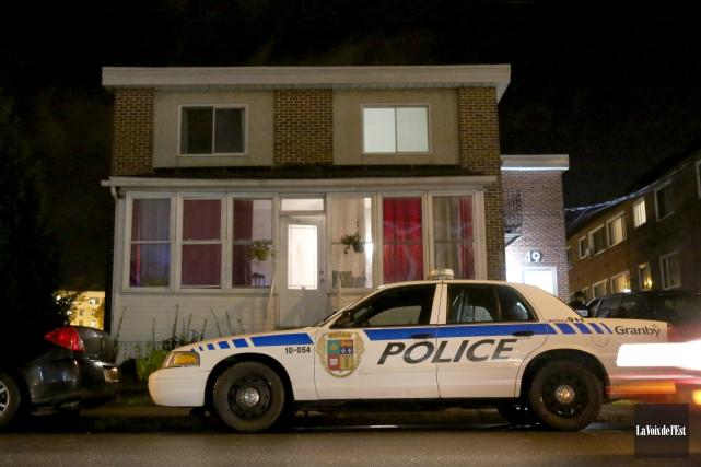 Assistés de l'Escouade régionale mixte, les policiers de... (Julie Catudal, La Voix de l'Est)