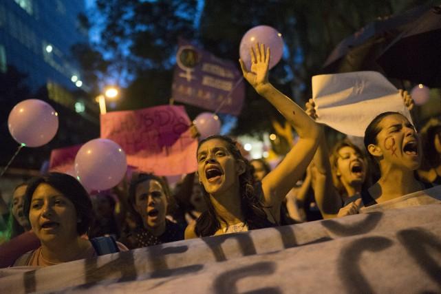 Des femmes participent à une marche pour dénoncer... (AP)
