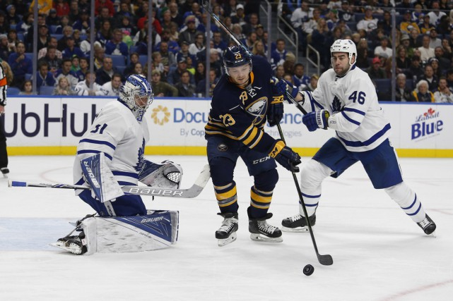 Roman Polak assiste à un tir au but... (Photo Timothy T. Ludwig, USA Today Sports)