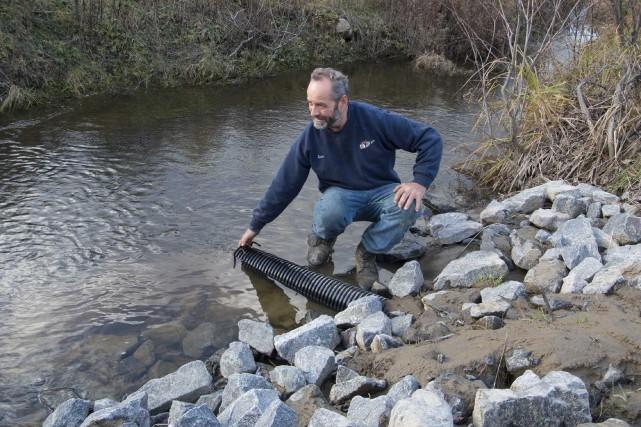 En installant un drain dans ses champs qui... (Sylvain Mayer, Le Nouvelliste)