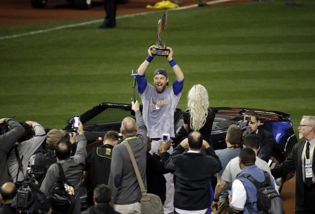 Ben Zobrist soulève le trophée du joueur étoile.... (AP)