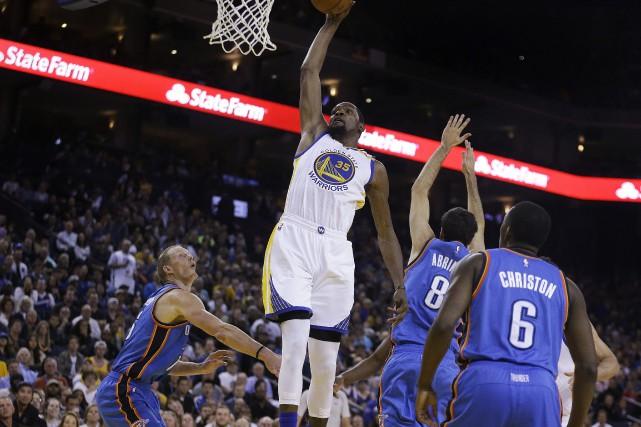 Kevin Durant (au centre) a inscrit 39 points... (Photo Ben Margot, AP)