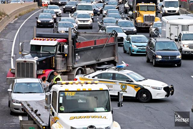 La Sûreté du Québec a interrompu la circulation... (PATRICK SANSFAÇON, LA PRESSE)