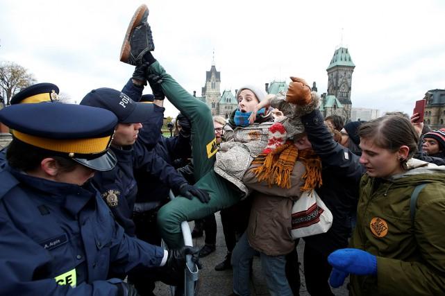 Le 24octobre, 99jeunes ont été arrêtés sur la... (Chris Wattie, archives REUTERS)