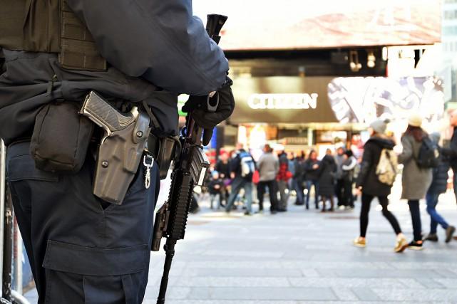 Un policier de New York en patrouille à... (PHOTO JEWEL SAMAD, ARCHIVES AFP)