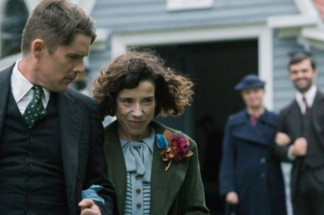 Ethan Hawke et Sally Hawkins (à l'avant-plan) dans... (PHOTO LA PRESSE CANADIENNE)