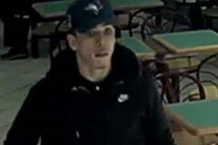 Âgé d'environ 28 ans, le suspect mesure 5... (Service de police de la Ville de Québec)