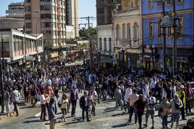 Les résidents de Valaraiso, près de Santiago, se... (AFP)