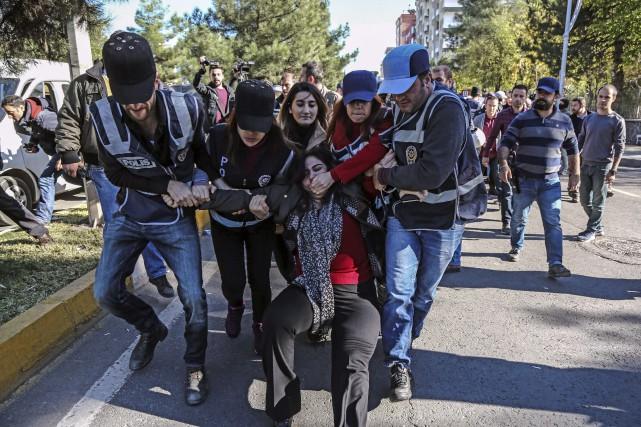 Les policiers arrêtent une députée dudu Parti démocratique... (AFP)