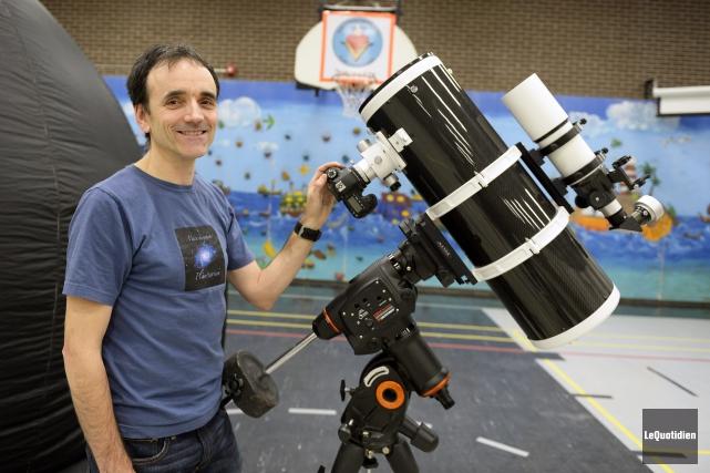 Stéphane Simard voit grand. Avec son planétarium mobile,... (Photo Le Quotidien, Jeannot Lévesque)
