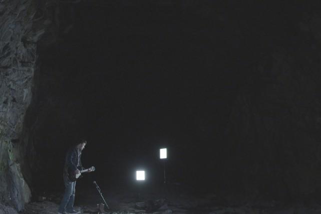 L'auteur-compositeur-interprète Allan Hurd dans la grotte de St-David-de-Falardeau.... (Photo Télé-Québec)