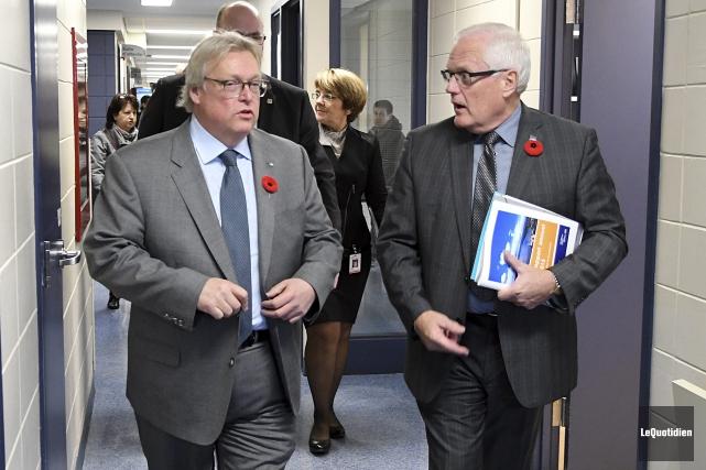 Le ministre de la Santé, Gaétan Barrette, et... (Photo Le Quotidien, Rocket Lavoie)