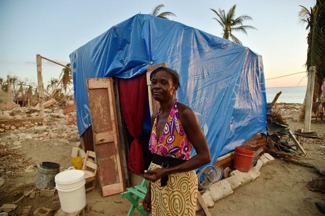 Une femme se tient à l'extérieur de l'abri... (PHOTO HECTOR RETAMAL, AFP)