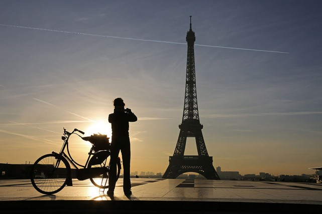 Une femme prend une photo de la tour... (PHOTO ARCHIVES AFP)